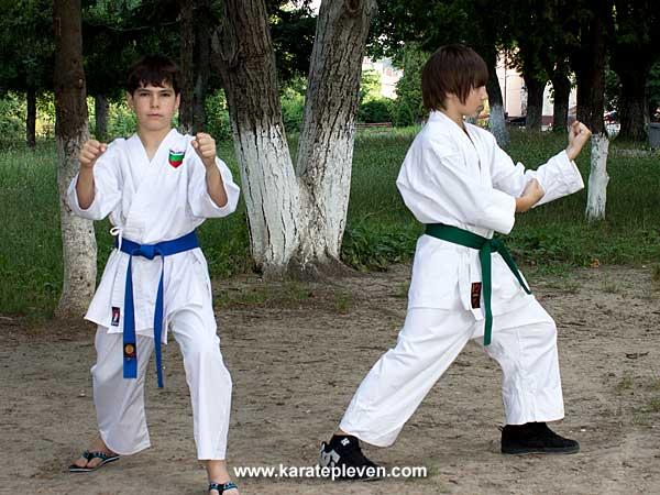 какиваке уке ( в ляво )  и мороте учи уке ( в дясно)